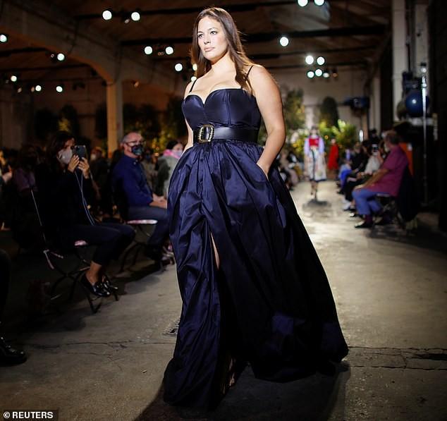 Siêu mẫu ngoại cỡ Ashley Graham mặc váy tôn ngực đầy sải bước catwalk ảnh 4