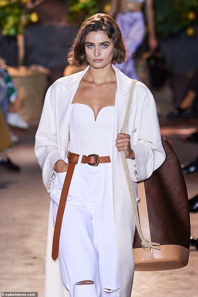 Siêu mẫu ngoại cỡ Ashley Graham mặc váy tôn ngực đầy sải bước catwalk ảnh 5