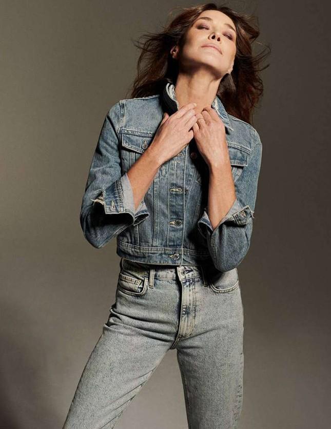 Ngưỡng mộ vóc dáng siêu mẫu của cựu đệ nhất phu nhân Pháp Carla Bruni ở tuổi 53 ảnh 9