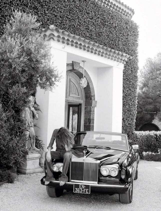 Ngưỡng mộ vóc dáng siêu mẫu của cựu đệ nhất phu nhân Pháp Carla Bruni ở tuổi 53 ảnh 2
