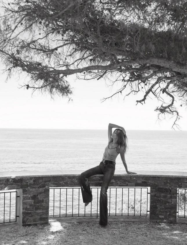 Ngưỡng mộ vóc dáng siêu mẫu của cựu đệ nhất phu nhân Pháp Carla Bruni ở tuổi 53 ảnh 4