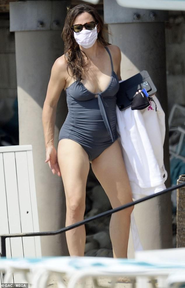 Jennifer Garner diện áo tắm thả dáng cực sexy ở tuổi U50 ảnh 1