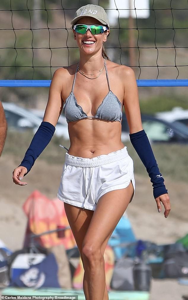 Cựu 'thiên thần nội y' Alessandra Ambrosio sexy đầy mê hoặc ở biển ảnh 3