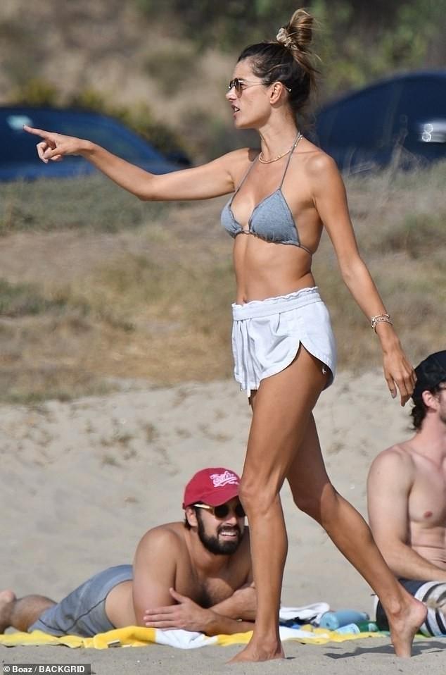 Cựu 'thiên thần nội y' Alessandra Ambrosio sexy đầy mê hoặc ở biển ảnh 4