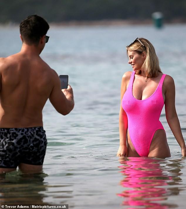Rhian Sugden khoe 3 vòng 'bốc lửa', tình tứ với chồng trên biển ảnh 4