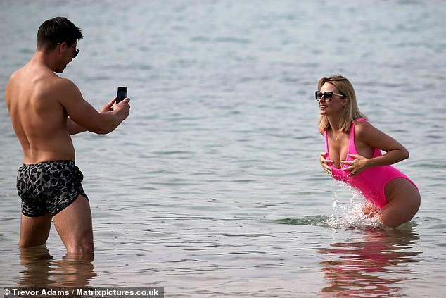 Rhian Sugden khoe 3 vòng 'bốc lửa', tình tứ với chồng trên biển ảnh 5