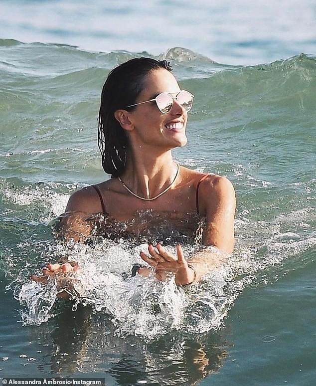 Cựu 'thiên thần nội y' Alessandra Ambrosio sexy đầy mê hoặc ở biển ảnh 1