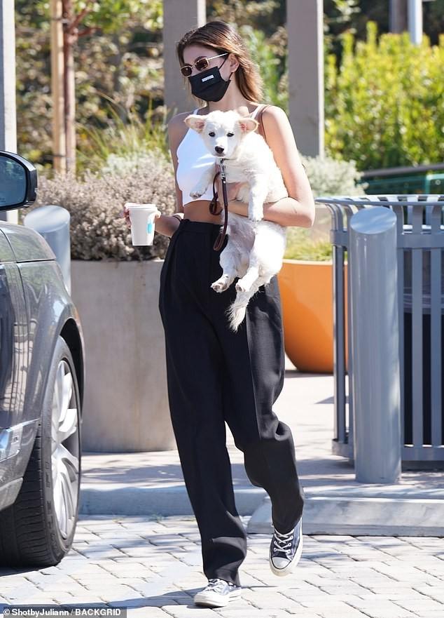 Con gái siêu mẫu của Cindy Crawford tình tứ bạn trai giữa phố ảnh 3