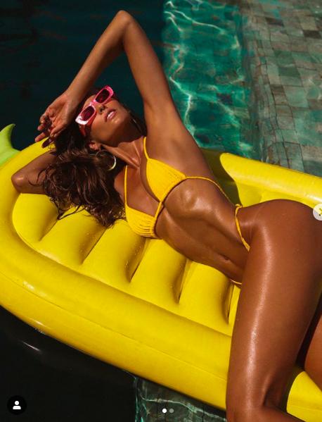 Tròn mắt ngắm body 'cực phẩm' của bạn gái siêu mẫu thủ môn tuyển Đức với bikini bé xíu ảnh 1