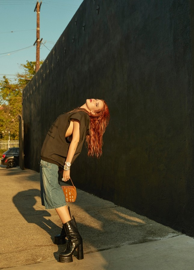 Bella Thorne khoe ngực 'nóng mắt' trên tạp chí ảnh 5