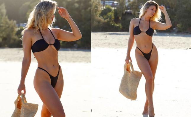 Natasha Oakley khoe ba vòng 'vàng' với bikini bé xíu ảnh 8