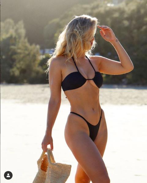 Natasha Oakley khoe ba vòng 'vàng' với bikini bé xíu ảnh 2