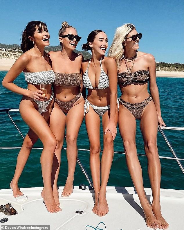 Hoa hậu Hoàn vũ Olivia Culpo và hội chị em tưng bừng với 'tiệc bikini' ở biển ảnh 5