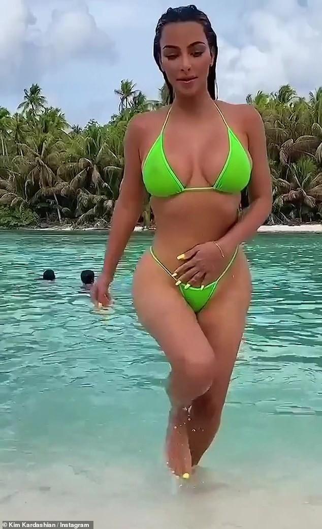 Kim 'siêu vòng ba' khoe dáng 'bốc lửa' với bikini bé xíu ảnh 4