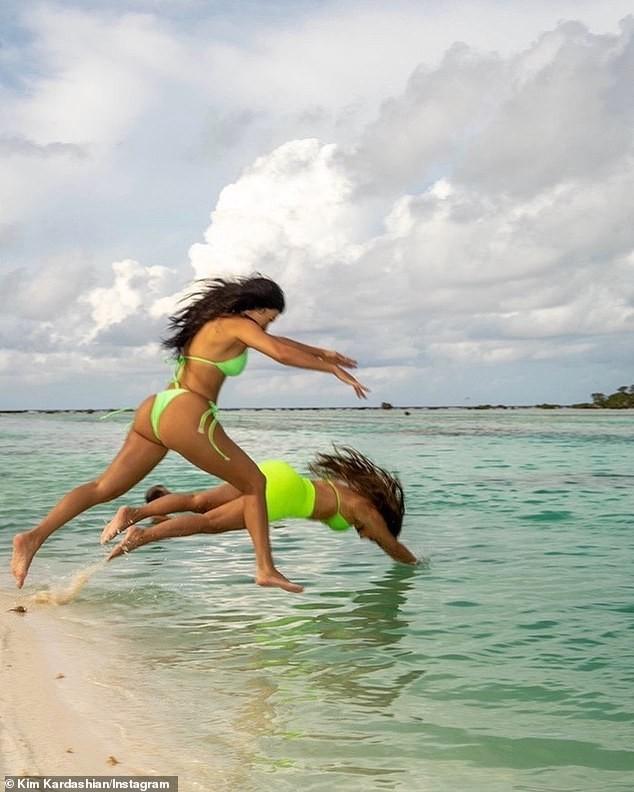 Kim 'siêu vòng ba' khoe dáng 'bốc lửa' với bikini bé xíu ảnh 5