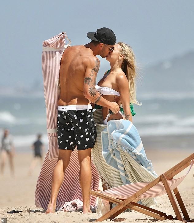 Tammy Hembrow mặc áo tắm quây nhỏ xíu nóng bỏng, liên tục khoá môi người tình ở biển ảnh 3