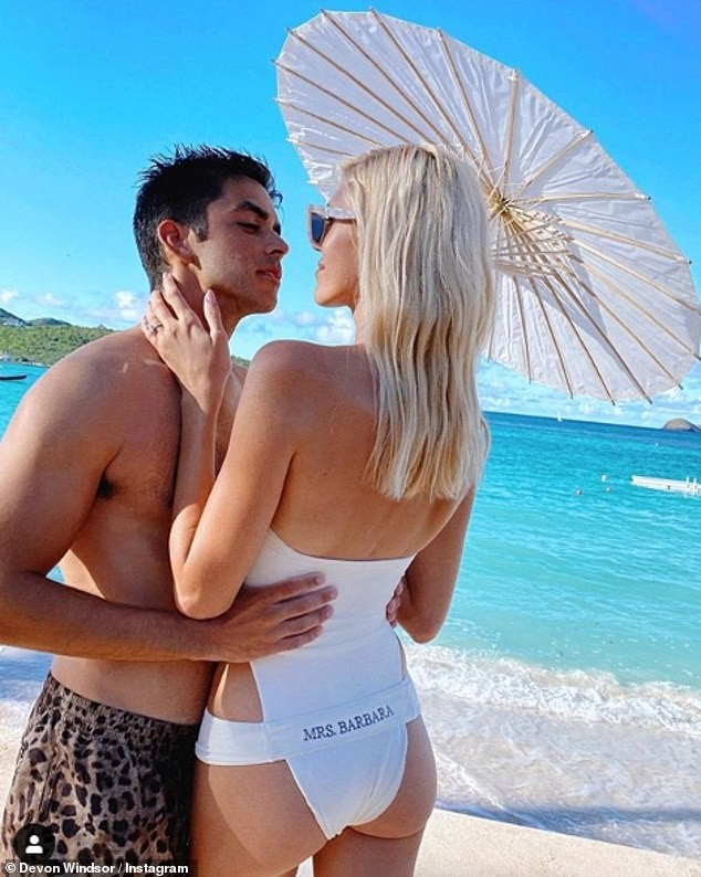 Devon Windsor chụp ngực trần, đẹp như tạc tượng giữa biển trời ảnh 8