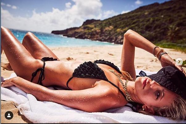 Devon Windsor chụp ngực trần, đẹp như tạc tượng giữa biển trời ảnh 1