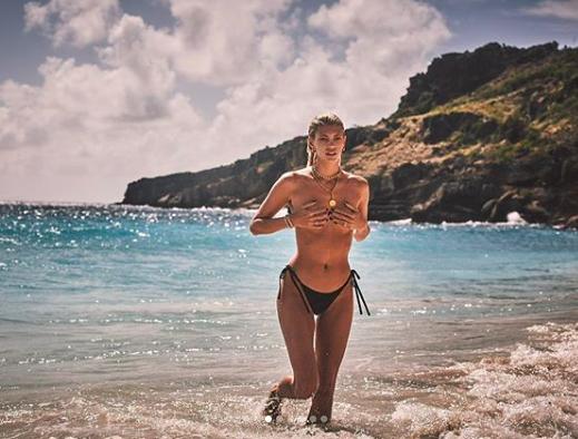 Devon Windsor chụp ngực trần, đẹp như tạc tượng giữa biển trời ảnh 3