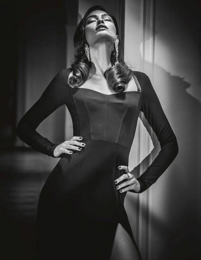 Vóc dáng đẹp như tạc tượng đáng ngưỡng mộ của Elizabeth Salt ảnh 2