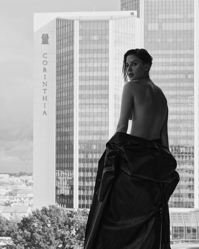 Sau chia tay Brad Pitt, tình cũ kém 30 tuổi 'thả rông' táo bạo trên tạp chí ảnh 4