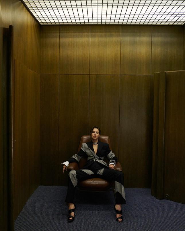 Sau chia tay Brad Pitt, tình cũ kém 30 tuổi 'thả rông' táo bạo trên tạp chí ảnh 5