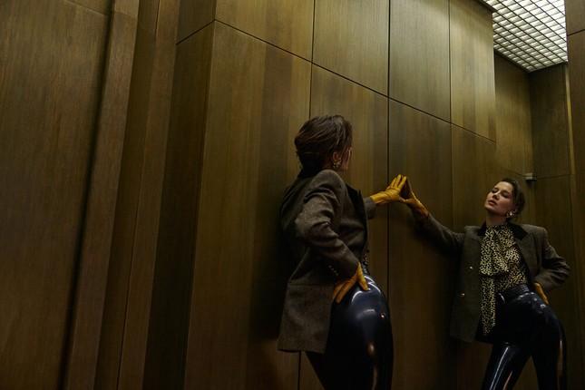 Sau chia tay Brad Pitt, tình cũ kém 30 tuổi 'thả rông' táo bạo trên tạp chí ảnh 6