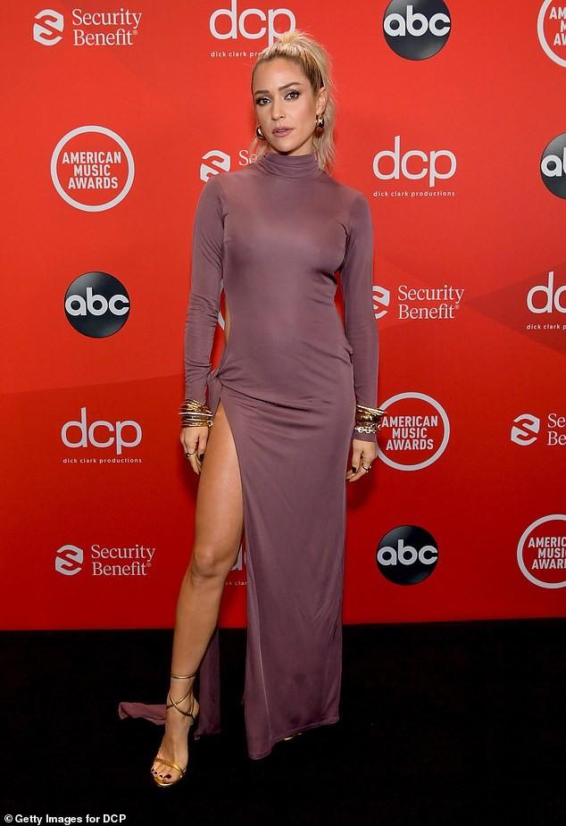 Kristin Cavallari mặc váy xẻ tà lộ vòng 3 phản cảm trên thảm đỏ ảnh 1