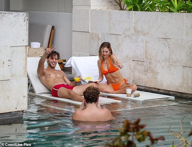 Nàng mẫu Delilah Belle Hamlin diện bikini nóng bỏng, tình tứ bạn trai ảnh 2