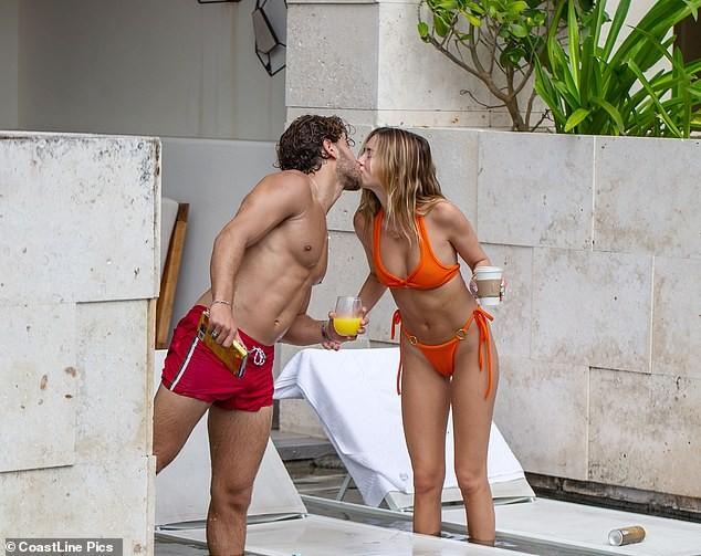 Nàng mẫu Delilah Belle Hamlin diện bikini nóng bỏng, tình tứ bạn trai ảnh 8