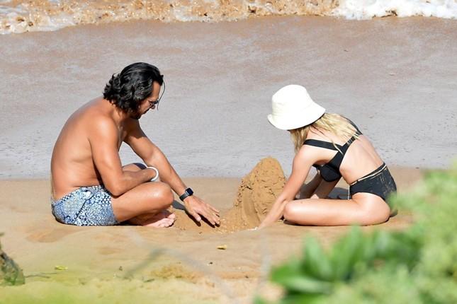 Tình tin đồn của Brad Pitt khoe vòng một siêu 'bốc lửa' khi đi biển với bạn trai ảnh 2