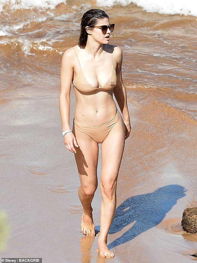 Mỹ nhân 'chuyên trị cảnh nóng' Alexandra Daddario mặc áo tắm màu nude cực gợi cảm ảnh 4