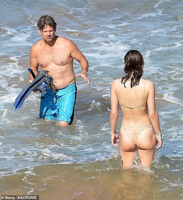 Mỹ nhân 'chuyên trị cảnh nóng' Alexandra Daddario mặc áo tắm màu nude cực gợi cảm ảnh 2