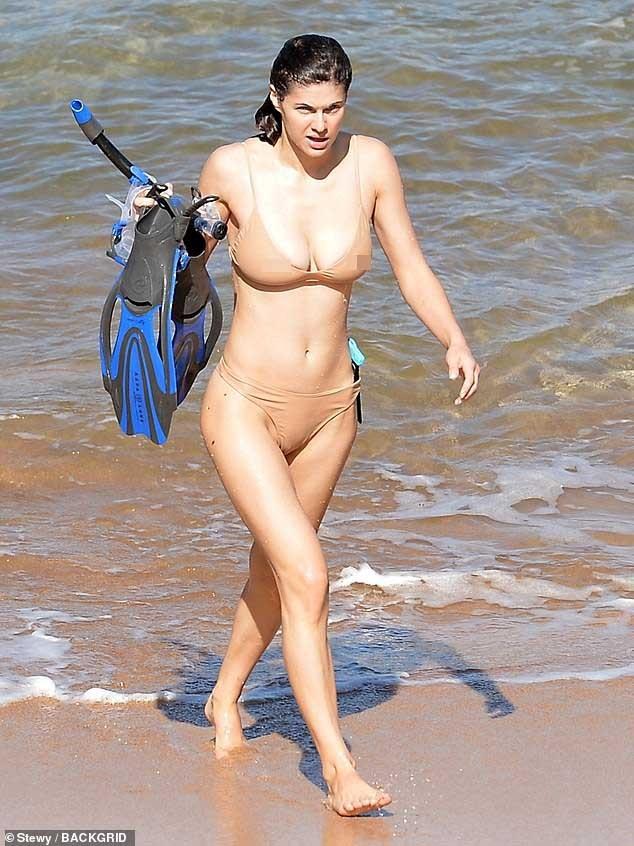 Mỹ nhân 'chuyên trị cảnh nóng' Alexandra Daddario mặc áo tắm màu nude cực gợi cảm ảnh 3