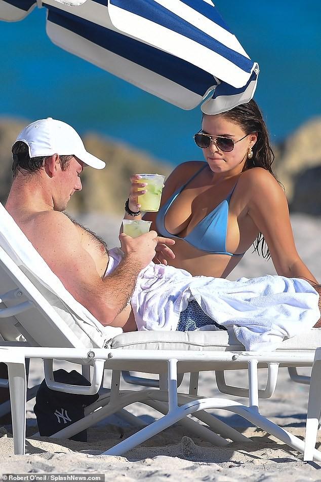Brooks Nader 'đốt mắt' người nhìn với bikini xanh 'mát mắt', ôm hôn mặn nồng chồng ở biển ảnh 1
