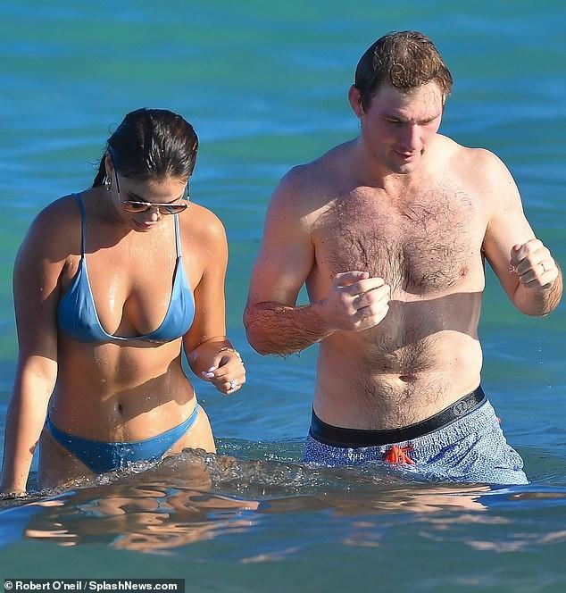 Brooks Nader 'đốt mắt' người nhìn với bikini xanh 'mát mắt', ôm hôn mặn nồng chồng ở biển ảnh 3