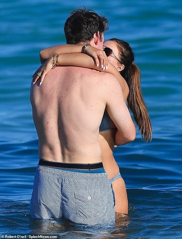 Brooks Nader 'đốt mắt' người nhìn với bikini xanh 'mát mắt', ôm hôn mặn nồng chồng ở biển ảnh 5