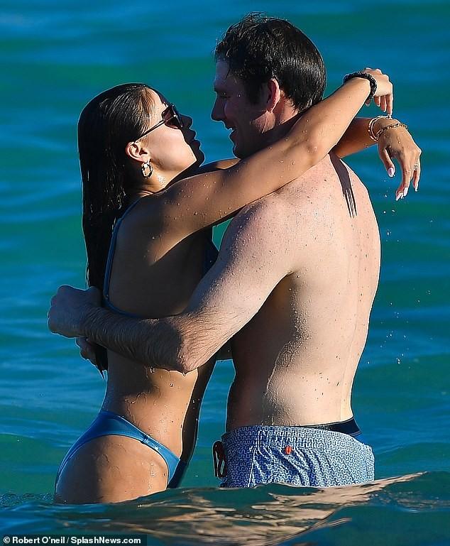 Brooks Nader 'đốt mắt' người nhìn với bikini xanh 'mát mắt', ôm hôn mặn nồng chồng ở biển ảnh 7