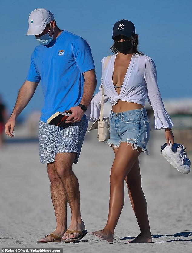 Brooks Nader 'đốt mắt' người nhìn với bikini xanh 'mát mắt', ôm hôn mặn nồng chồng ở biển ảnh 11