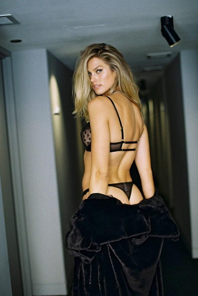 Mẫu nội y Natalie Roser 'cởi đồ', quyến rũ đầy mê hoặc ảnh 1