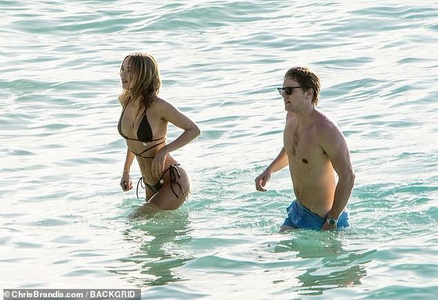 Kimberley Garner đẹp như tạc tượng với bikini bé xíu, tình tứ bạn trai ở biển ảnh 1