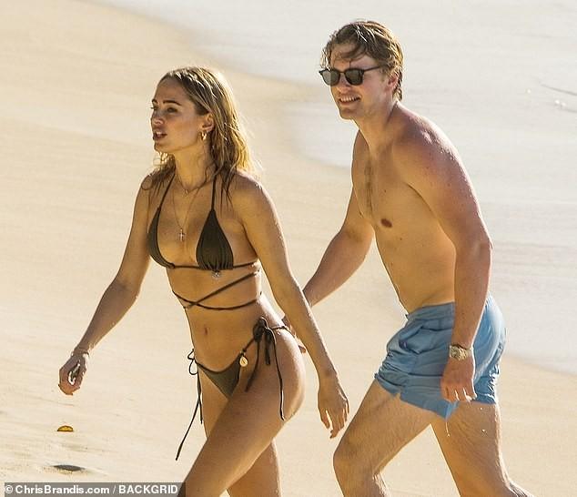 Kimberley Garner đẹp như tạc tượng với bikini bé xíu, tình tứ bạn trai ở biển ảnh 2