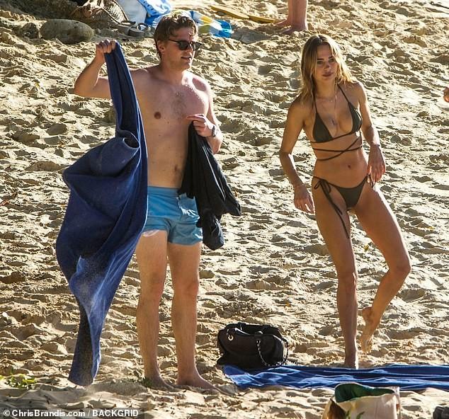 Kimberley Garner đẹp như tạc tượng với bikini bé xíu, tình tứ bạn trai ở biển ảnh 3