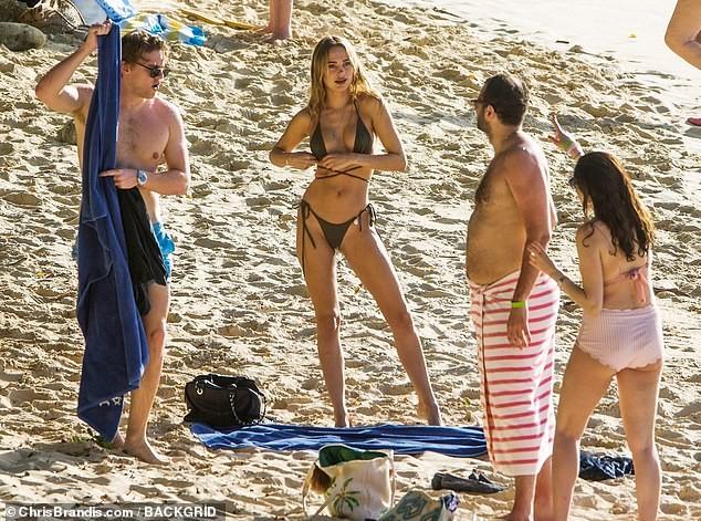 Kimberley Garner đẹp như tạc tượng với bikini bé xíu, tình tứ bạn trai ở biển ảnh 19