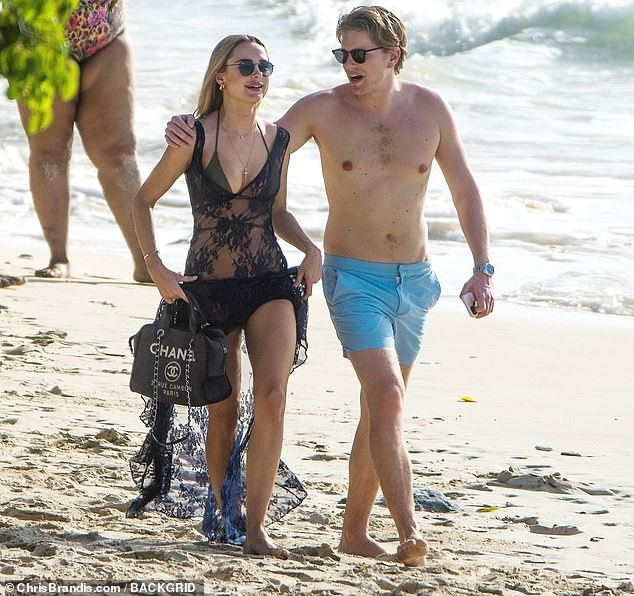 Kimberley Garner đẹp như tạc tượng với bikini bé xíu, tình tứ bạn trai ở biển ảnh 9