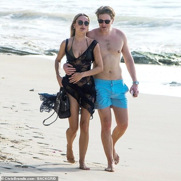 Kimberley Garner đẹp như tạc tượng với bikini bé xíu, tình tứ bạn trai ở biển ảnh 11