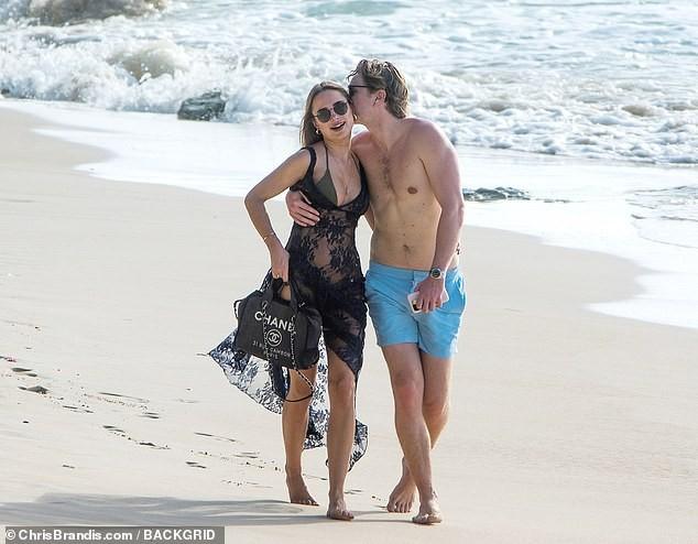 Kimberley Garner đẹp như tạc tượng với bikini bé xíu, tình tứ bạn trai ở biển ảnh 12
