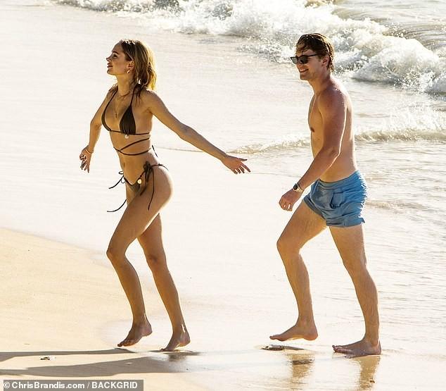 Kimberley Garner đẹp như tạc tượng với bikini bé xíu, tình tứ bạn trai ở biển ảnh 13