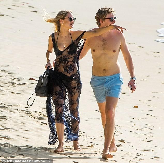 Kimberley Garner đẹp như tạc tượng với bikini bé xíu, tình tứ bạn trai ở biển ảnh 15
