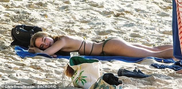 Kimberley Garner đẹp như tạc tượng với bikini bé xíu, tình tứ bạn trai ở biển ảnh 16